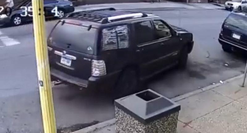 những chi tiết bất thường tại cửa sổ bên phải phía sau cũng như vị trí của miếng sticker màu trắng dán ở hai góc đuôi xe