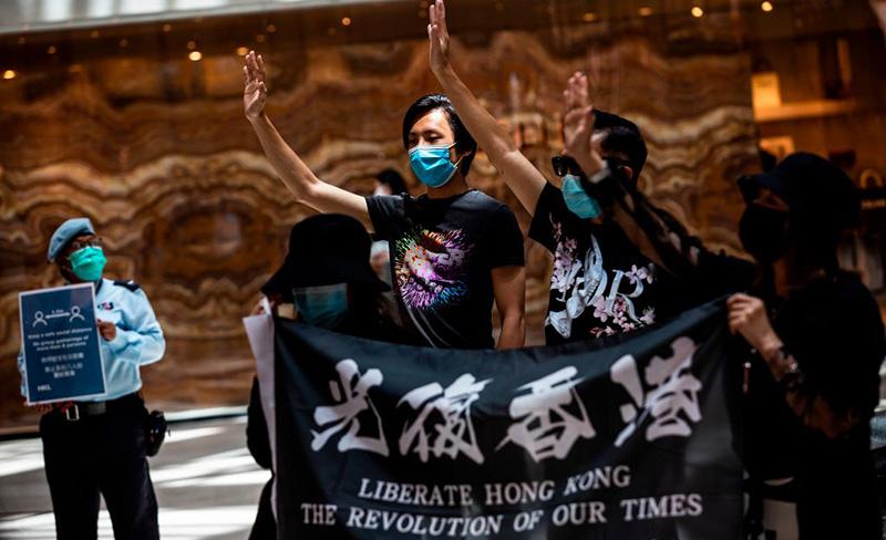 Những người biểu tình ủng hộ dân chủ tại một trung tâm mua sắm ở quận trung tâm của Hồng Kông vào ngày 1 tháng 6 năm 2020.