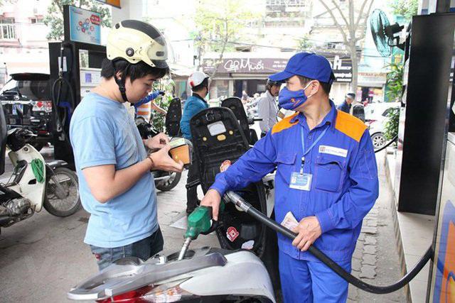 Giá xăng tăng lên hơn 14.000 đồng/lit. (Ảnh qua vtv)