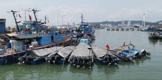 Xuồng máy không biển kiểm soát gắn động cơ công suất lớn phục vụ buôn lậu bị bắt giữ. (Ảnh qua thanhnien)