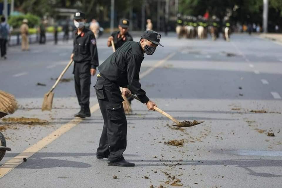 Để quảng trường Ba Đình sạch sẽ trở lại, người dọn vệ sinh đã phải theo sau đoàn diễu hành dọn dẹp, hót phận ngựa… (Ảnh qua voz)