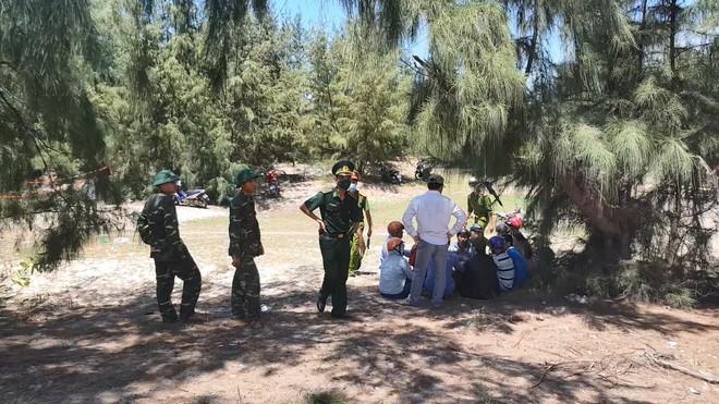 Lực lượng chức năng phong tỏa và bảo vệ hiện trường, nơi phát hiện thi thể. (Ảnh qua thanhnien)