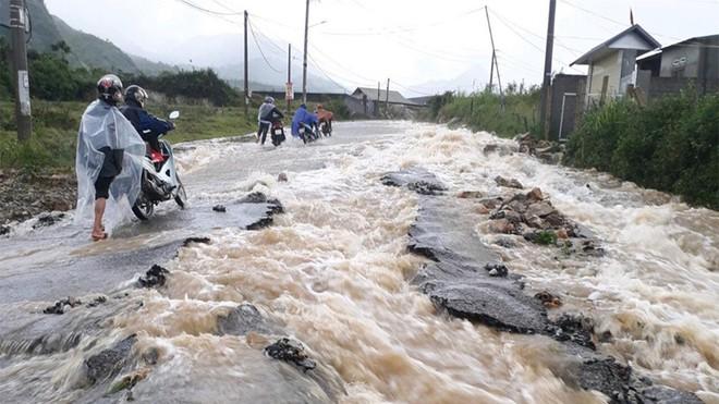 Mưa lũ gây hư hỏng nặng cho tuyến đường từ TP.Lai Châu đi H.Tam Đường trong sáng nay 26/6. (Ảnh qua thanhnien)