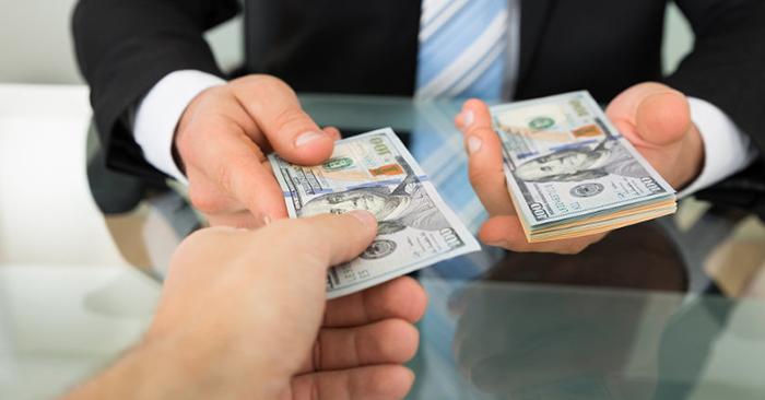 Người bạn học đã đem tiền trả lại cho bạn mình, nhưng khi trả, cậu ta chỉ đưa đúng 2 triệu 990 nghìn