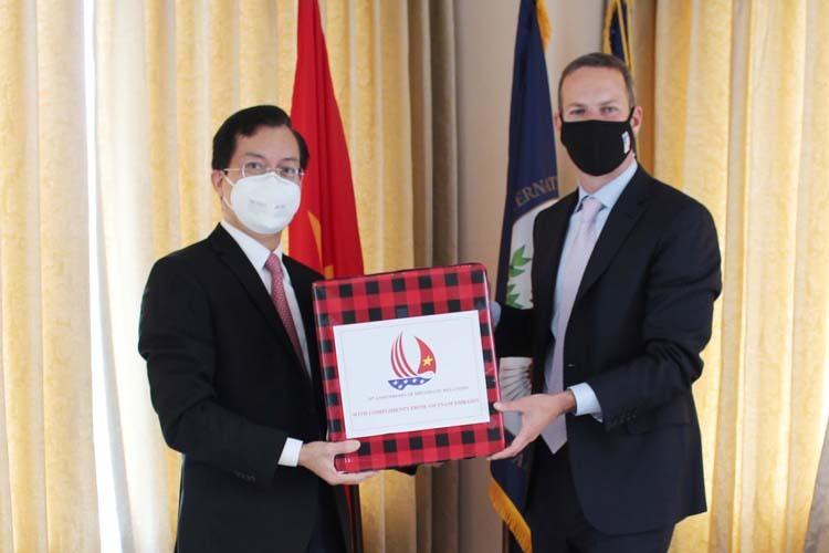 Đại sứ Việt Nam tại Mỹ Hà Kim Ngọc, trái, trao 500 khẩu trang cho ông Boehler để tặng DFC tại thủ đô Washington ngày 2/6. (Ảnh qua vnexpress)