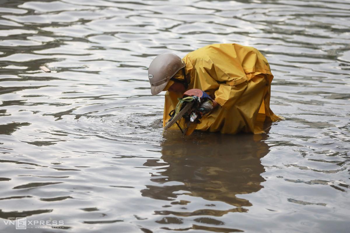 Người Sài Gòn phải móc rác thông cống vì ngập lụt - Ảnh 1