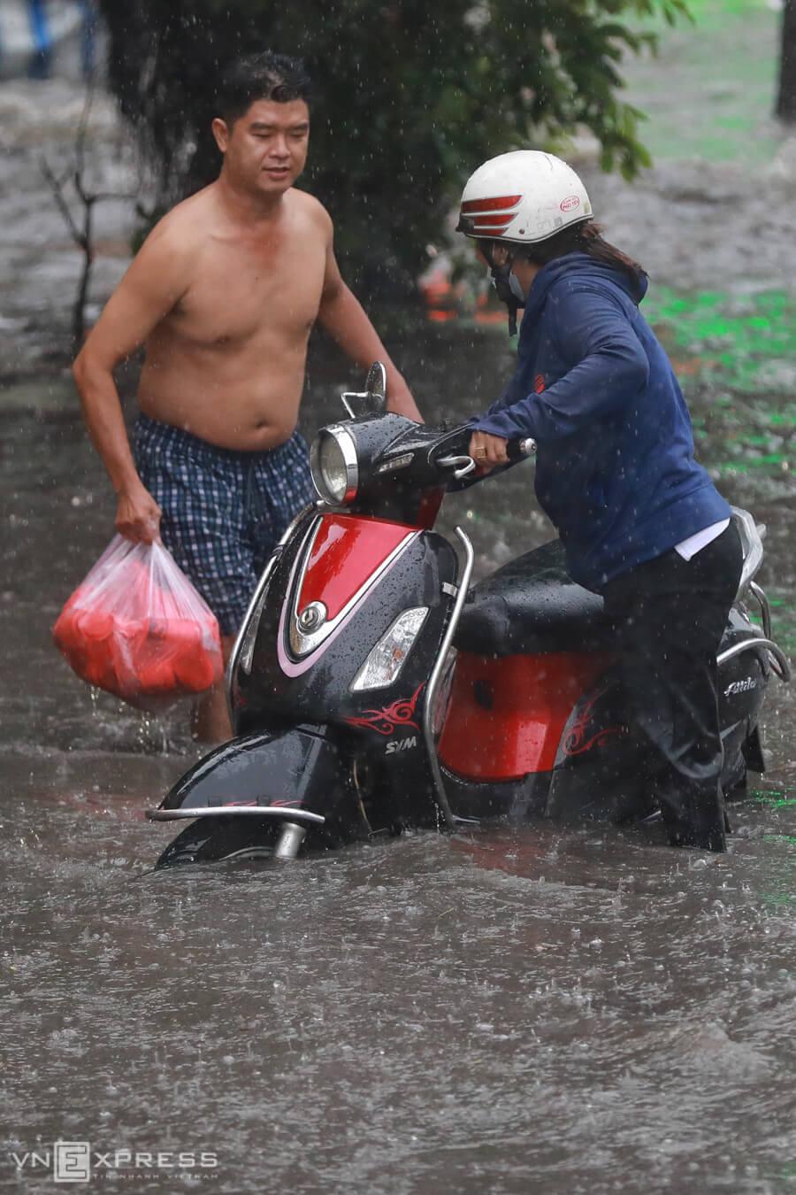 Người Sài Gòn phải móc rác thông cống vì ngập lụt - Ảnh 2