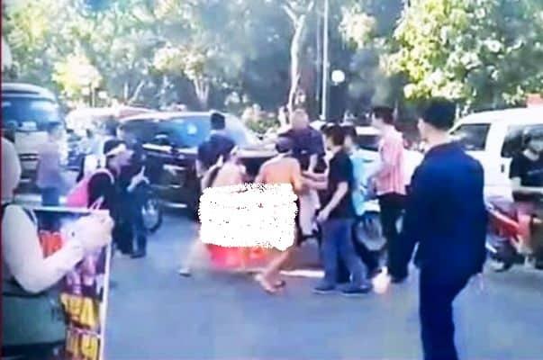 Hình ảnh ông Tuấn và chị Xuyên 'khỏa thân' giữa đường kêu oan trước đoàn xe ĐBQH. (Ảnh cắt từ clip)