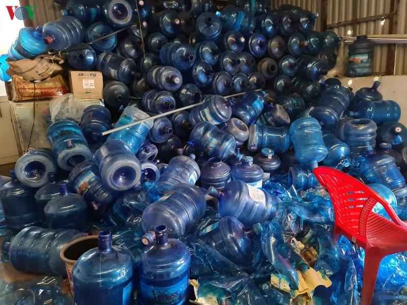 Trước thời điểm bị phát hiện, mỗi ngày cơ sở này sản xuất, đưa ra thị trường khoảng 200 bình nước uống, mỗi bình dung tích 19 lít. (Ảnh qua vov)