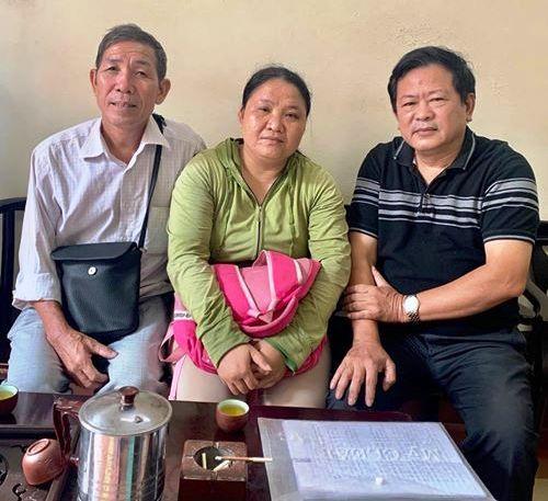 Hai cha con ông Tuấn và luật sư Trần Đình Triển. (Ảnh: Facebook luật sư Triển)