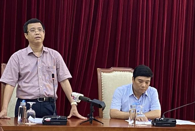 ông Nguyễn Lê Phúc, Phó Tổng cục trưởng Tổng cục Du lịch và Người phát ngôn Bộ VHTTDL (phải) chủ trì cuộc họp về vụ vé máy bay. (Ảnh qua tienphong)