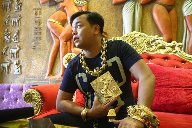 Thời điểm chưa bị bắt, Phúc XO đeo nhiều vàng giả để quảng cáo cho quán karaoke. (Ảnh qua thanhnien)