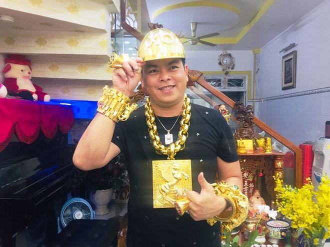 Phúc XO được nhiều người biết đến là 'đại gia đeo vàng' nhiều nhất Việt Nam. (Ảnh qua Zing)