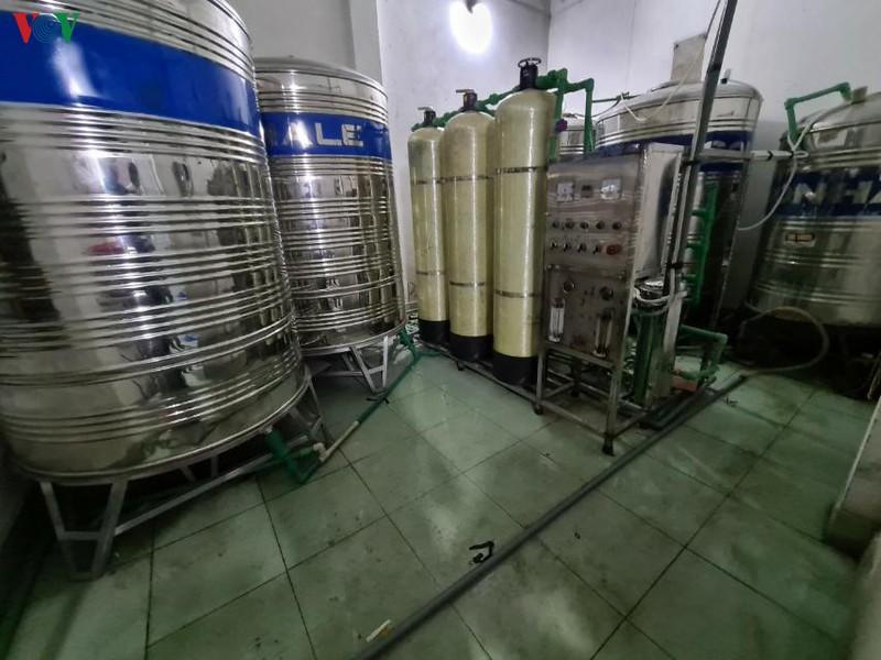 Quy trình sản xuất nước uống đóng chai của cơ sở này là bơm nước từ mương nước thải lên, sau đó đưa qua hệ thống lắng lọc rồi đóng bình, dán màng co với nhãn hiệu Vimass Núi Voi. (Ảnh qua vov)