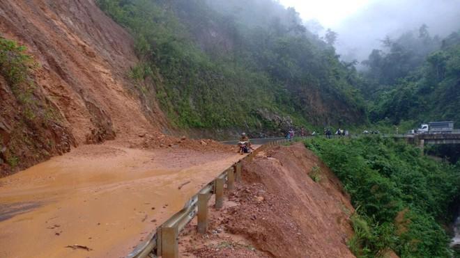 Sạt lở đất khiến nhiều tuyến giao thông liên huyện tại Lai Châu tạm thời bị tê liệt. (Ảnh qua thanhnien)