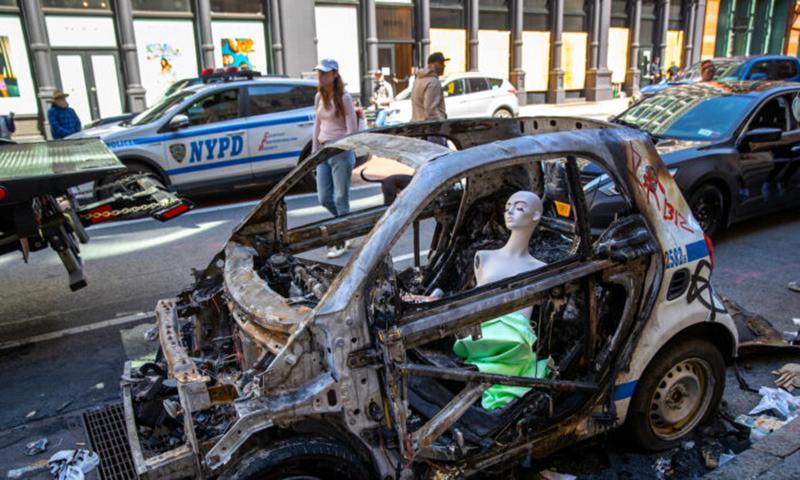 Một chiếc xe cảnh sát bị phá hủy được nhìn thấy sau một đêm biểu tình ở Lower Manhattan ở thành phố New York vào ngày 1 tháng 6 năm 2020