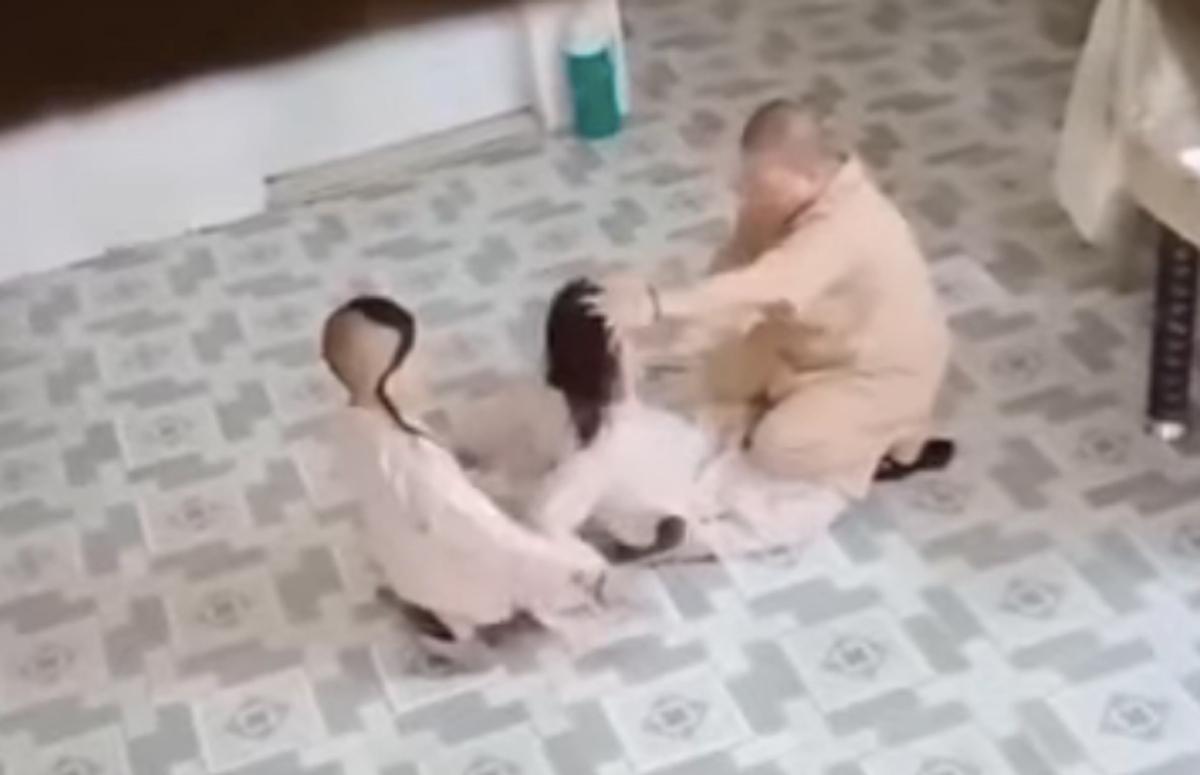 Sư cô khống chế và đánh cháu N.. (Ảnh cắt từ clip)