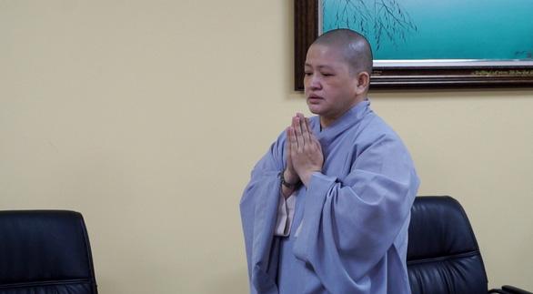 Sư cô Hạnh Thảo - người đánh trẻ - trong cuộc họp chiều nay nghe kết luận của Ban trị sự Phật giáo TP.HCM. (Ảnh qua tuoitre)