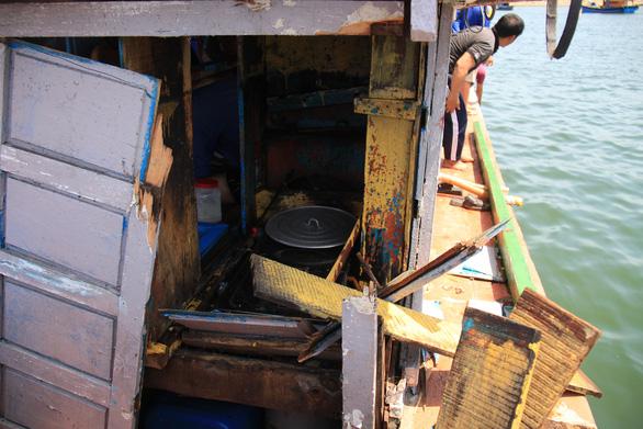 Tàu cá hư hỏng sau khi bị tàu Trung Quốc tông. (Ảnh qua tuoitre)
