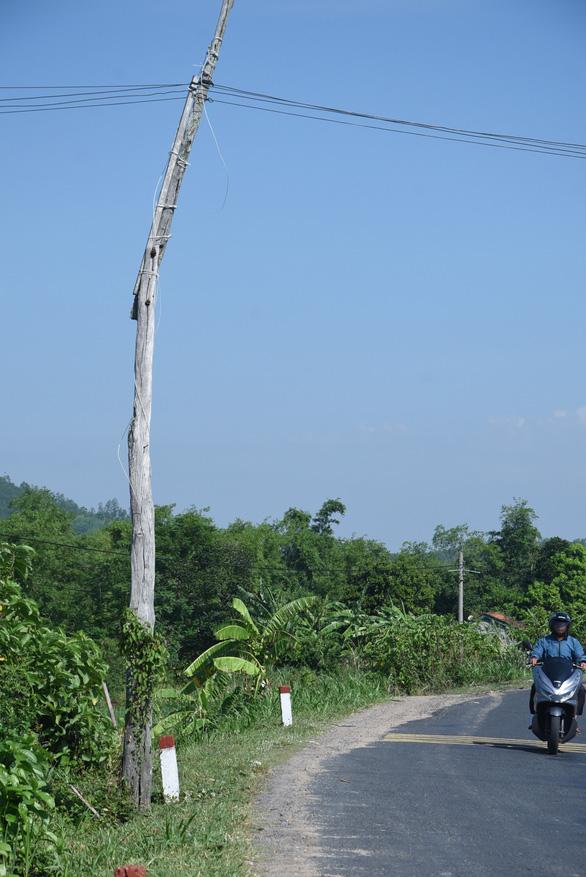 Một trụ điện được làm từ gỗ và đấu nối bằng dây chằng chịt bên đường. (Ảnh qua tintaynguyen)