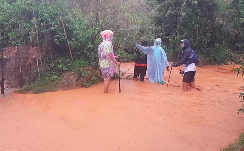 Các VĐV tham dự giải bị mắc kẹt tại một con suối huyện Lạc Dương do nước lũ dâng cao.