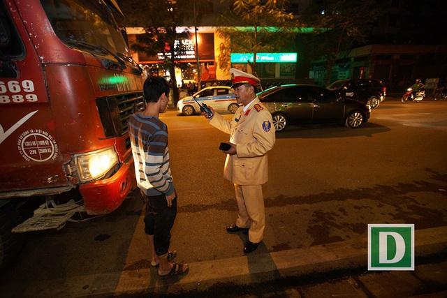 CSGT Hà Nội kiểm tra, xử phạt lái xe vi phạm giao thông. (Ảnh qua dantri)