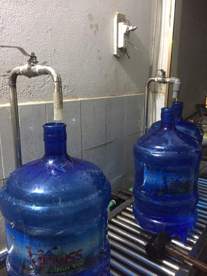 Thu hồi toàn bộ sản phẩm nước lọc nhãn hiệu vimass sản xuất từ mương nước thải.(Ảnh qua tienphong)