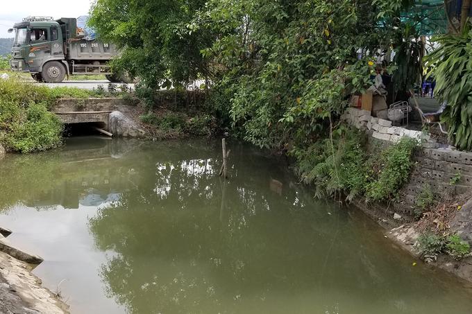 Nước mương bên cạnh cơ sở Liêm Sơn. (Ảnh qua vnexpress)
