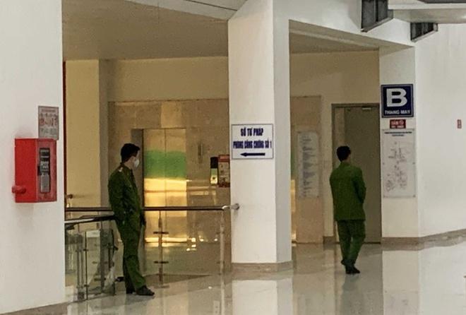 Công an tỉnh Lâm Đồng khám xét nơi làm việc của bà Bùi Thị Mai Liên tại Trung tâm hành chính tỉnh Lâm Đồng. (Ảnh qua tuoitre)