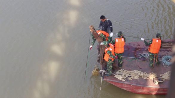 Lực lượng công binh trục vớt, xử lý quả bom dưới chân cầu Long Biên vào tháng 11/2017. (Ảnh qua tuoitre)
