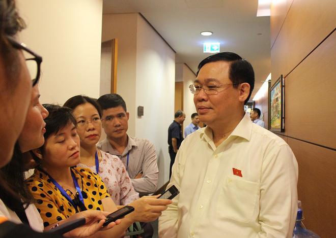 Ông Vương Đình Huệ trả lời báo chí. (Ảnh qua plo)