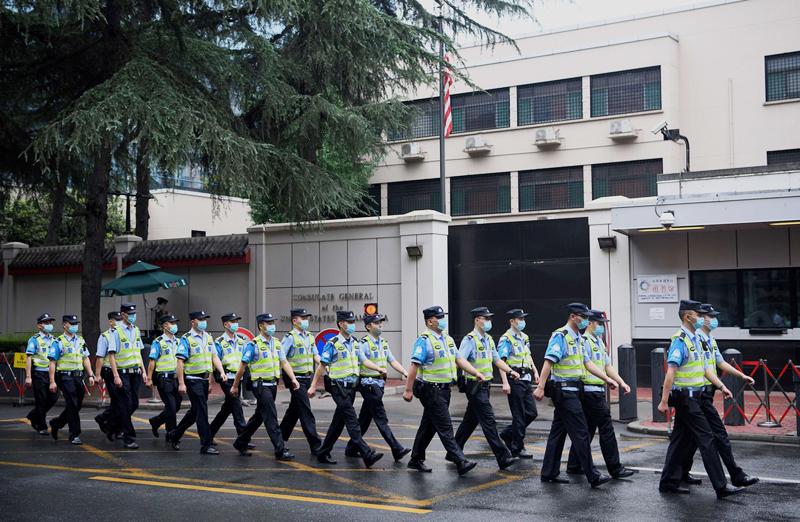Cảnh sát Trung Quốc bên ngoài tòa lãnh sự Mỹ ở Thành Đô.