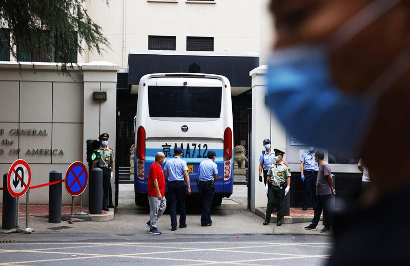 Hôm 24/7, Bắc Kinh đã có động thái trả đũa khi yêu cầu Hoa Kỳ đóng cửa lãnh sự quán tại Thành Đô và ra lệnh cho người Mỹ rời cơ sở này trong vòng 72 giờ.