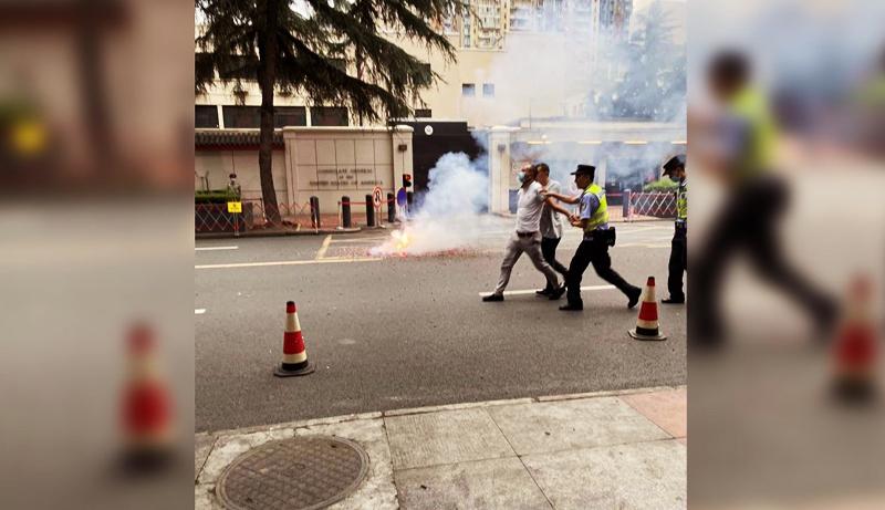 Cảnh sát bắt người đàn ông đốt pháo phía trước tổng lãnh sự quán Mỹ ở Thành Đô.