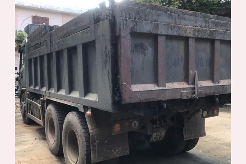 Xe ô tô tải vi phạm được đưa về trụ sở Công an thị xã Quảng Yên