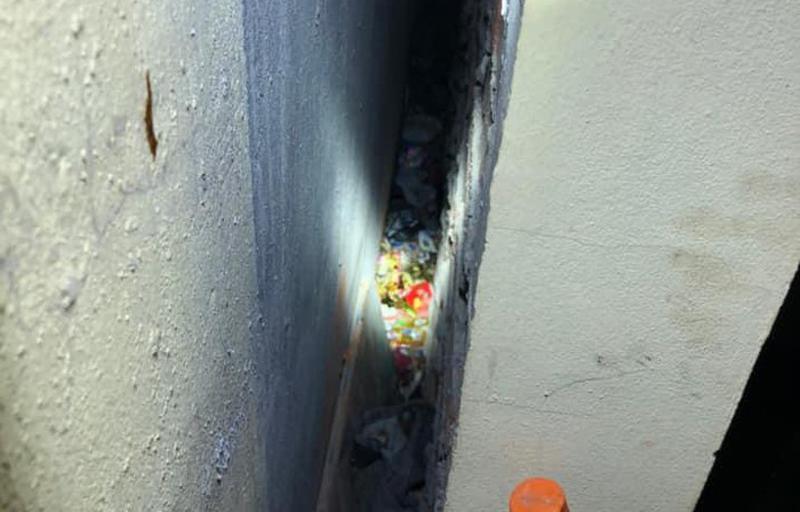 Bé trai sơ sinh bị bỏ rơi trong khe tường chật hẹp giữa hai ngôi nhà.