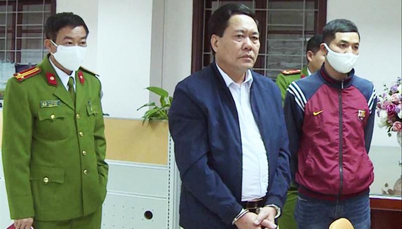 Nguyễn Ngọc Ðính (giữa) bị công an bắt ngày 19/3.