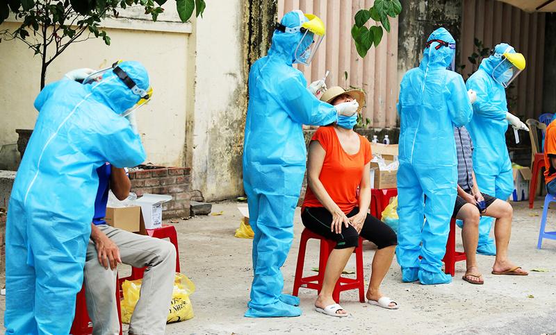 Nhân viên y tế lấy mẫu xét nghiệm tại khu dân cư Đà Nẵng, ngày 3/8.