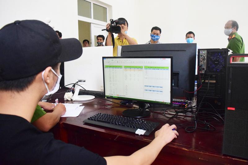 Nhóm đối tượng người Trung Quốc sử dụng máy tính bàn để hoạt động đánh bạc.