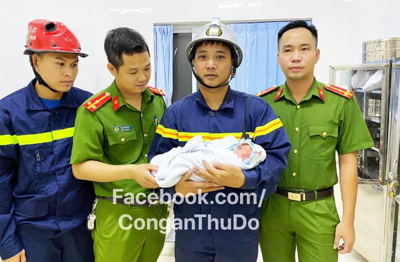 Lực lượng Công an huyện Gia Lâm giải cứu bé trai sơ sinh bị bỏ rơi giữa khe tường.