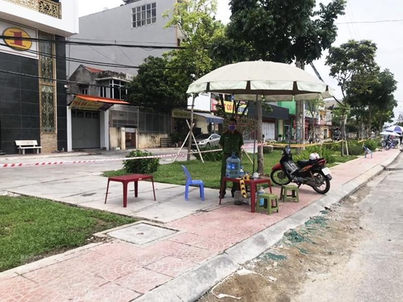 Chốt kiểm soát tại khu vực xung quanh nhà số 36 phố Ngô Quyền, thành phố Hải Dương.