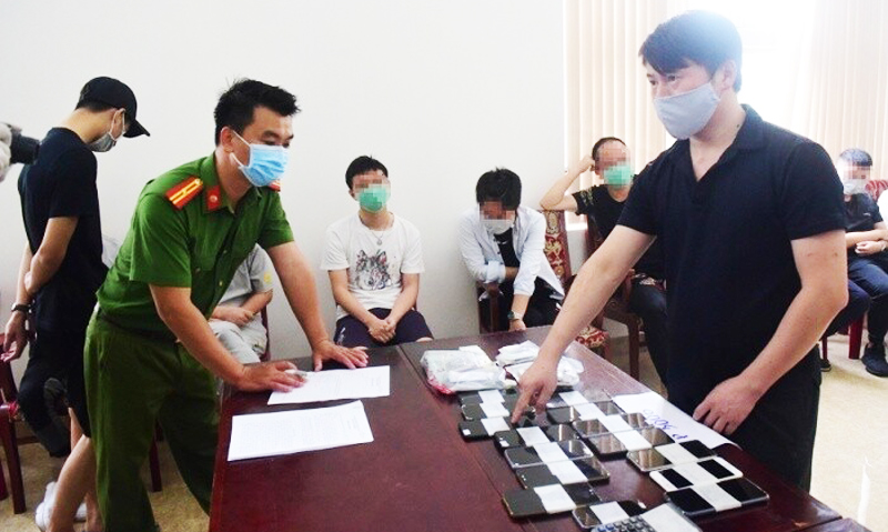 Một trong 7 đối tượng đang làm việc với lực lượng chức năng tỉnh Thừa Thiên - Huế.
