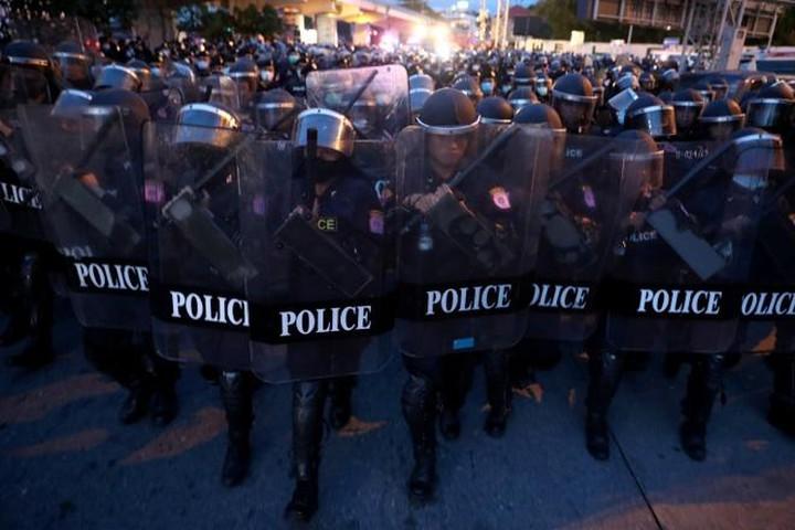 Cảnh sát chống bạo động Thái Lan đối phó người biểu tình chống chính quyền ở Bangkok ngày 15/10