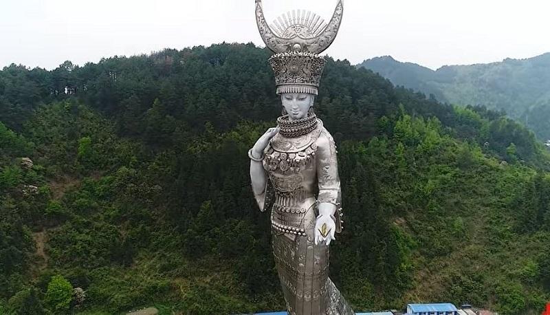 Gần đây, một cư dân mạng đã chụp tấm ảnh từ trên máy bay về pho tượng Miêu nữ (dân tộc Mèo) lớn nhất thế giới ở độ cao 88 mét tại Kiếm Hà, Quý Châu