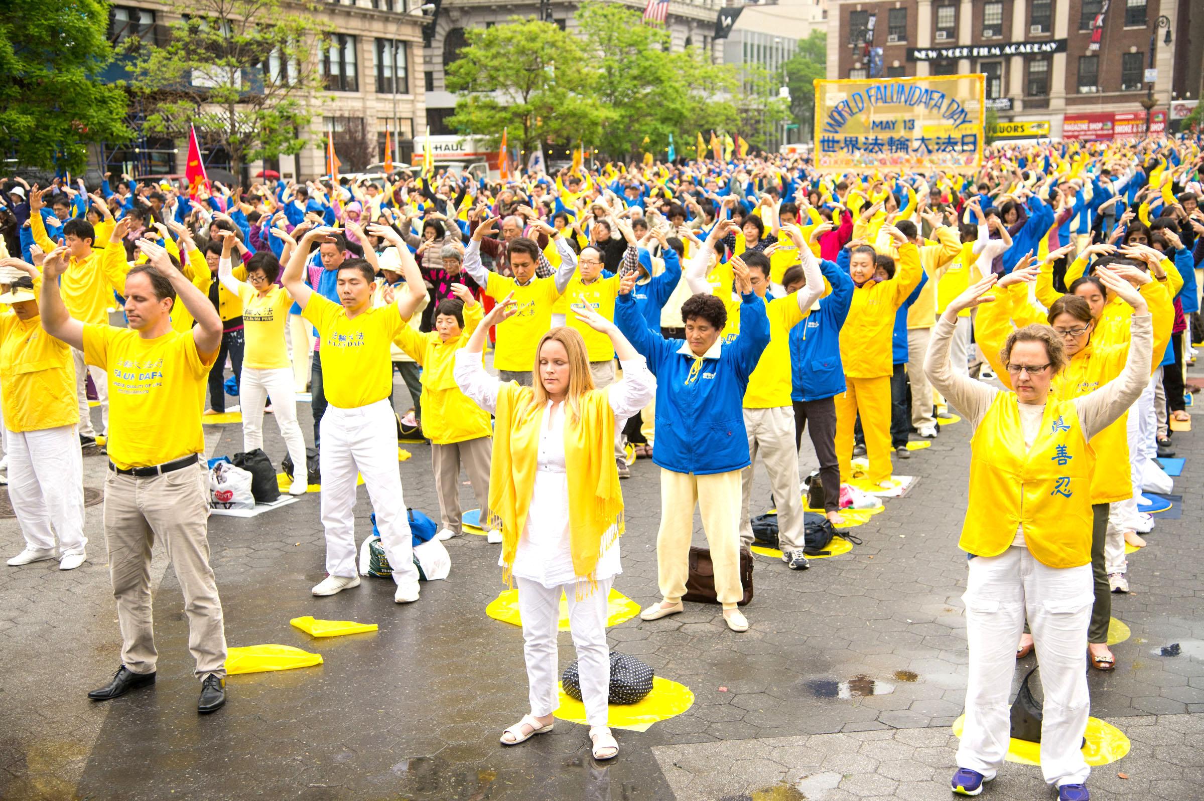 Các học viên Pháp Luân Công tập bài công Pháp số 2 tại Quảng trường Union ở Hạ Manhattan ngày 13/5/2014 - kỷ niệm ngày Pháp Luân Đại Pháp Thế giới