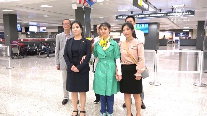 Mã Xuân Linh (áo xanh) đoàn tụ với chị và em gái tại sân bay