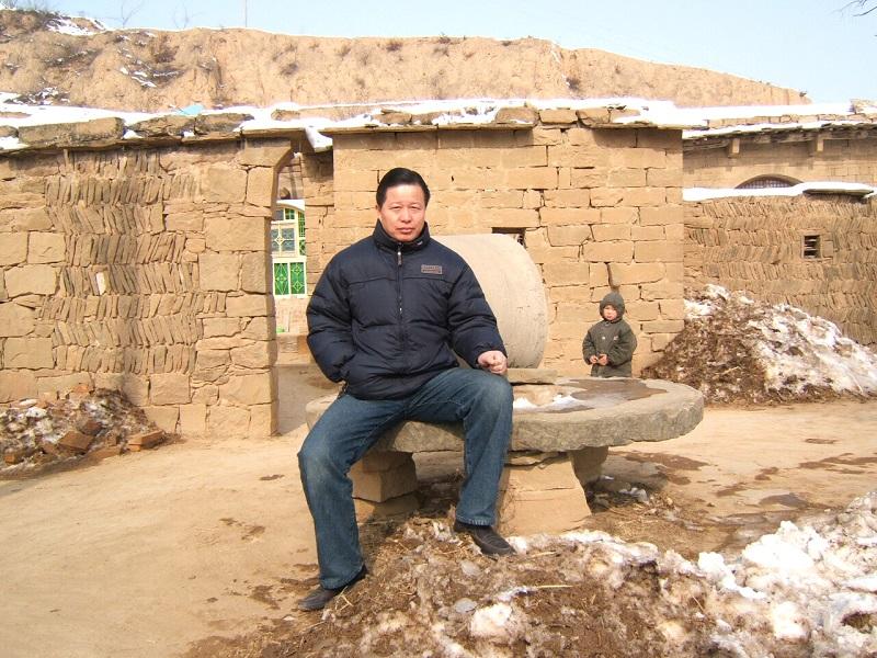 Cao Trí Thịnh ở nơi ông từng lớn lên, những căn nhà được xây bằng đất nằm phía Bắc Thiểm Tây