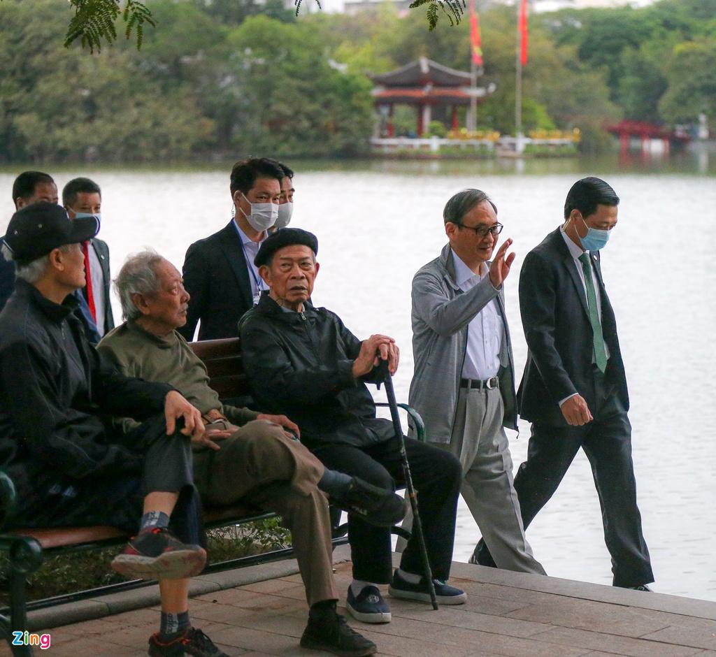 Dân thủ đô bất ngờ khi thấy Thủ tướng Nhật Bản đi dạo hồ Gươm - Ảnh 2