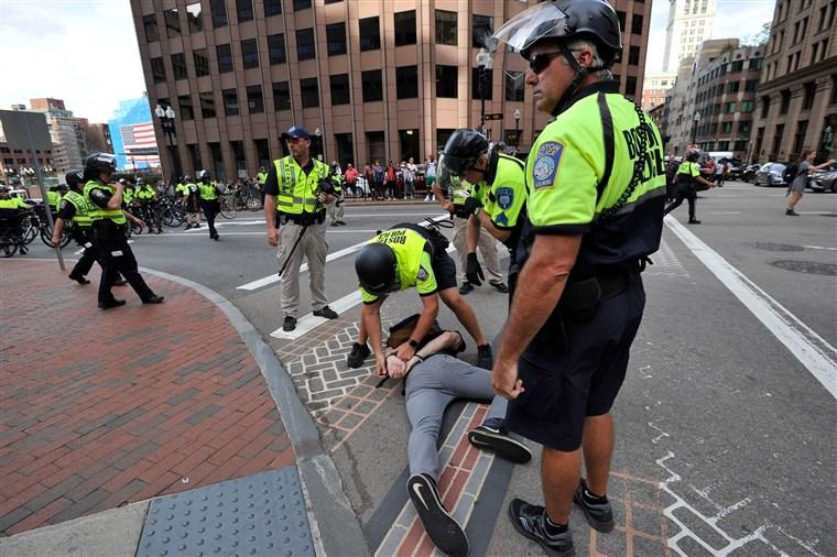 """Cảnh sát Boston bắt giữ một người biểu tình trong cuộc diễu hành """"Straight Pride"""" ở Boston vào ngày 31/8/2019"""