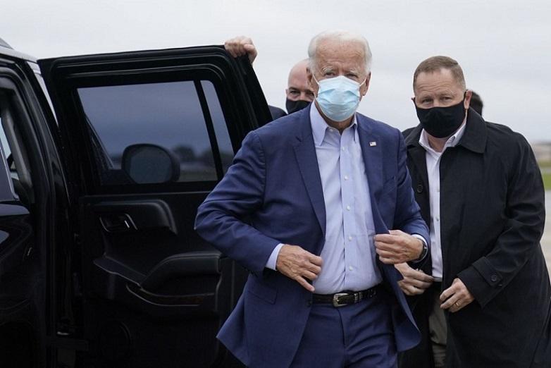 Ứng cử viên đảng Dân chủ Joe Biden rời đoàn xe của mình để lên máy bay vận động tranh cử tại Sân bay New Castle, trên đường đến Ohio vào ngày12/10/2020